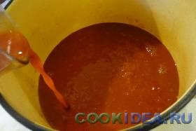 Берём томатный сок, выливаем его ...