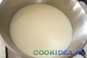 Слегка подогреваем одну часть молока ...