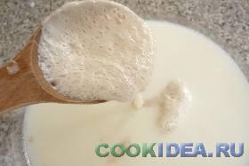 Выливаем тёплое молоко в миску ...