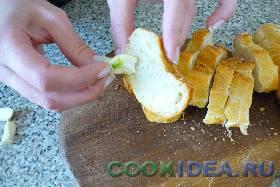 Натираем этими дольками чеснока хлеб ...