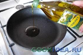 Оливковое масло выливаем на сковороду. ...