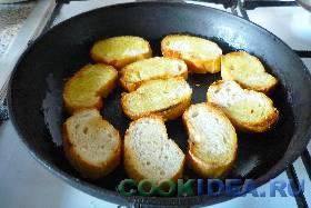 Обжариваем хлеб на оливковом масле ...