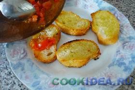 Затем выкладываем порезанные томаты на ...