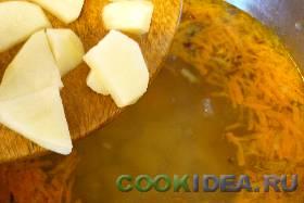 Выкладываем картофель в кипящий бульон ...