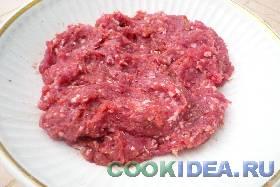 Мясо прокручиваем в мясорубке или ...