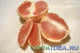 Грейпфрут чистим и разделяем на ...