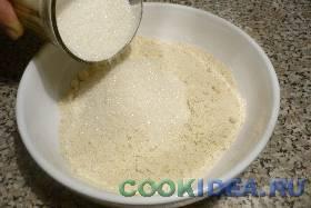 К ореховой муке добавьте сахар. ...