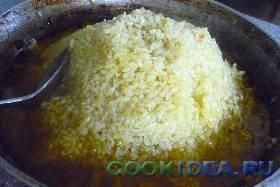 Затем из риса соорудить горку ...