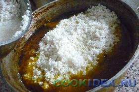 Рис промыть в холодной воде ...