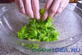 Листья салата порвать руками ...