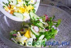 Соединить все ингредиенты в салатнике ...