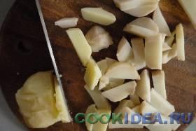 Нарезаем картошку соломкой. ...