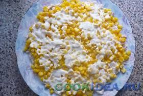 Затем слой кукурузы. Опять слегка ...
