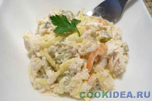 Салат куриный, с креветками и солёными огурцами