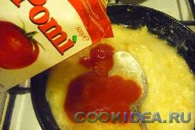 В зажарку ввести томатную пасту ...