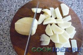 Картофель порезать средними ломтиками ...