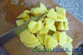 Картофель нарезаем не крупными ломтиками. ...