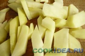 Картофель очищаем и нарезаем брусочками. ...