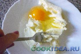Растираем сливочное масло с яйцом. ...