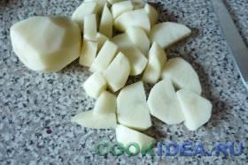 Картофель очищаем и нарезаем брусочками ...